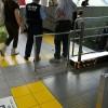 電車内の優先座席でスマホの女子高生に腹を立て、中年ハゲが階段から蹴り飛ばす…女子高生は流血し痙攣状態