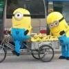 [画像]路上でバナナを売っていたミニオンズが警察に追い立てられる