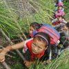 [中国]790mの崖をよじ登る少林寺通学が解決 竹のはしごから金属製へ